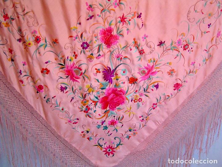 Antigüedades: Mantón de Manila antiguo bordado en seda a mano rosa fuerte con fleco isabelino de 1900 - Foto 4 - 117404827
