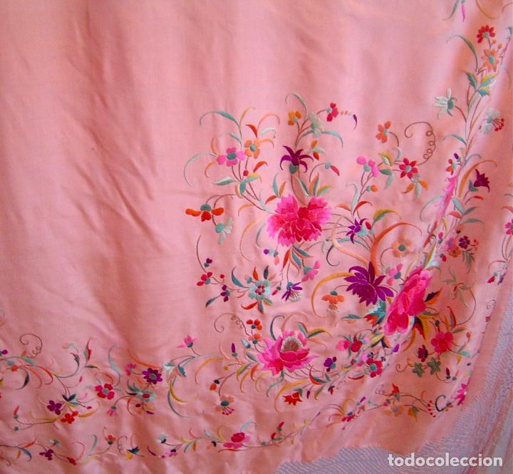 Antigüedades: Mantón de Manila antiguo bordado en seda a mano rosa fuerte con fleco isabelino de 1900 - Foto 5 - 117404827