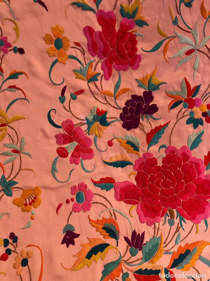 Antigüedades: Mantón de Manila antiguo bordado en seda a mano rosa fuerte con fleco isabelino de 1900 - Foto 9 - 117404827