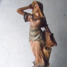 Antigüedades: LAMPARA FIGURA MUJER CON CESTA POLICROMADO ENORME TAMAÑO LAMPARA ANTIGUA . Lote 117414399