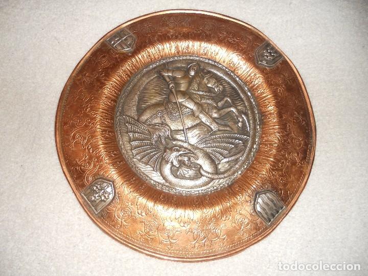 Antigüedades: ANTIGUO PLATO LIMOSNERO DE COBRE CON LOS 4 ESCUDOS DE CATALUNYA PLATEADOS EN RELIEVE 32CM DIAMETRO - Foto 2 - 134183845