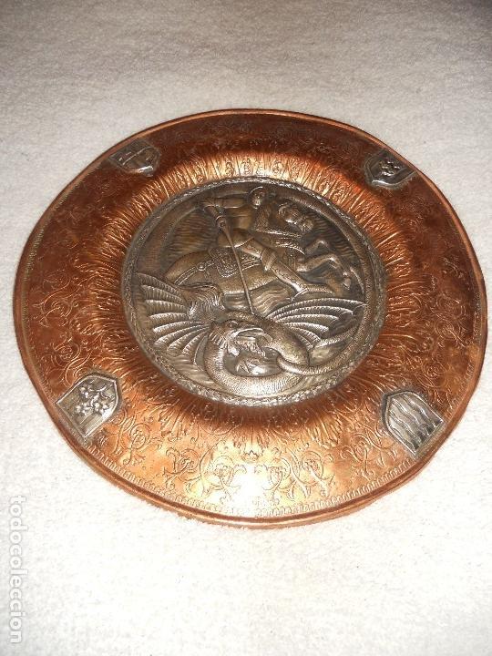 Antigüedades: ANTIGUO PLATO LIMOSNERO DE COBRE CON LOS 4 ESCUDOS DE CATALUNYA PLATEADOS EN RELIEVE 32CM DIAMETRO - Foto 3 - 134183845