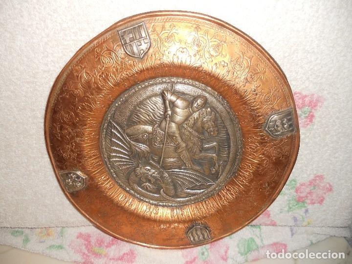 Antigüedades: ANTIGUO PLATO LIMOSNERO DE COBRE CON LOS 4 ESCUDOS DE CATALUNYA PLATEADOS EN RELIEVE 32CM DIAMETRO - Foto 4 - 134183845