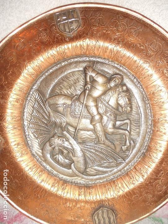 Antigüedades: ANTIGUO PLATO LIMOSNERO DE COBRE CON LOS 4 ESCUDOS DE CATALUNYA PLATEADOS EN RELIEVE 32CM DIAMETRO - Foto 5 - 134183845