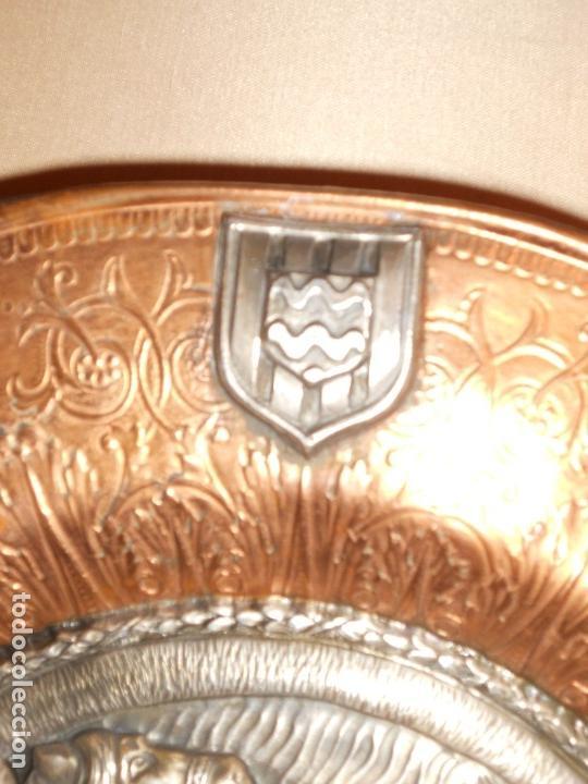Antigüedades: ANTIGUO PLATO LIMOSNERO DE COBRE CON LOS 4 ESCUDOS DE CATALUNYA PLATEADOS EN RELIEVE 32CM DIAMETRO - Foto 8 - 134183845