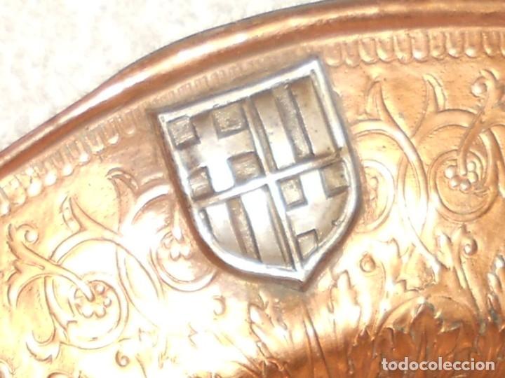 Antigüedades: ANTIGUO PLATO LIMOSNERO DE COBRE CON LOS 4 ESCUDOS DE CATALUNYA PLATEADOS EN RELIEVE 32CM DIAMETRO - Foto 10 - 134183845