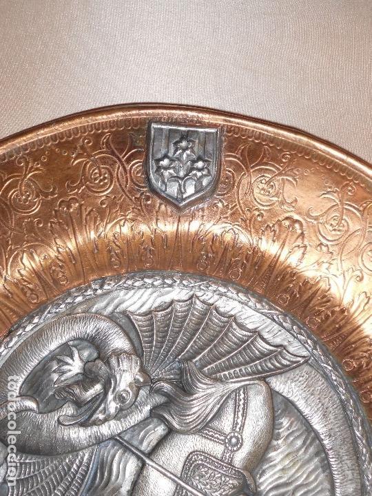 Antigüedades: ANTIGUO PLATO LIMOSNERO DE COBRE CON LOS 4 ESCUDOS DE CATALUNYA PLATEADOS EN RELIEVE 32CM DIAMETRO - Foto 11 - 134183845