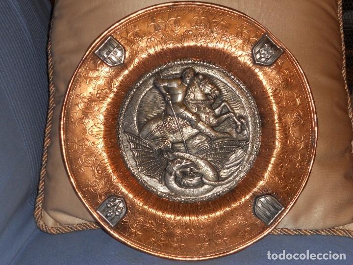 Antigüedades: ANTIGUO PLATO LIMOSNERO DE COBRE CON LOS 4 ESCUDOS DE CATALUNYA PLATEADOS EN RELIEVE 32CM DIAMETRO - Foto 12 - 134183845