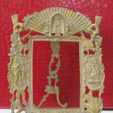 Antigüedades: ANTIGUO MARCO DE BRONCE CON MOTIVOS RELIGIOSOS. Lote 120462047