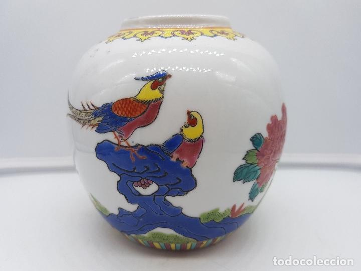 BONTO JARRÓN ANTIGUO CHINO DE PORCELANA PINTADO A MANO Y SELLADO EN LA BASE. (Antigüedades - Hogar y Decoración - Jarrones Antiguos)