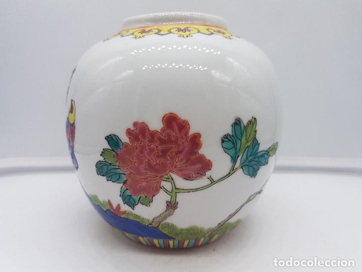 Antigüedades: Bonto jarrón antiguo chino de porcelana pintado a mano y sellado en la base. - Foto 2 - 117445227