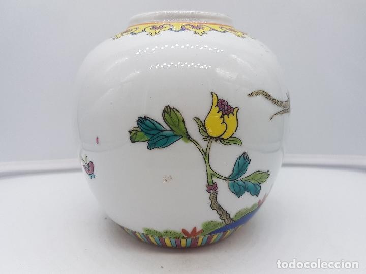 Antigüedades: Bonto jarrón antiguo chino de porcelana pintado a mano y sellado en la base. - Foto 3 - 117445227
