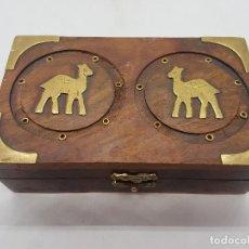 Antigüedades: ORIGINAL CAJA ANTIGUA DE MADERA CON APLICACIONES DE BRONCE E IMÁGENES DE DROMEDARIOS.. Lote 117463423