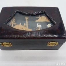 Antigüedades: ANTIGUO JOYERO CHINO DE MADERA LACADA CON VITRINA Y PAISAJE DE CORCHO NATURAL TALLADO.. Lote 117464535