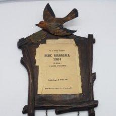 Antigüedades: EXCELENTE TABLÓN ANTIGUO PUBLICITARIO ART DECO SIMULANDO RELOJ DE CUCO EN MADERA TALLADA.. Lote 117467591