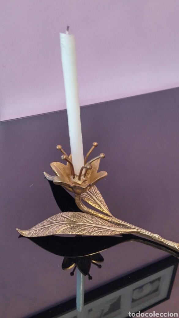 PORTAVELAS BRONCE FLOR (Antigüedades - Hogar y Decoración - Portavelas Antiguas)