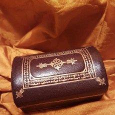 Antigüedades: CONSERVADA Y ANTIGUA CAJA EN PIEL GRABADA ORO PP.SG.XX A MODO DE BAUL. Lote 117487839