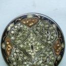 Antigüedades: TURQUIA - IMPORTANTE Y PRECIOSO PLATO DECORATIVO CON DIBUJOS CINCELADOS A MANO CON GRAN PROFUSIÓN.. Lote 117511851