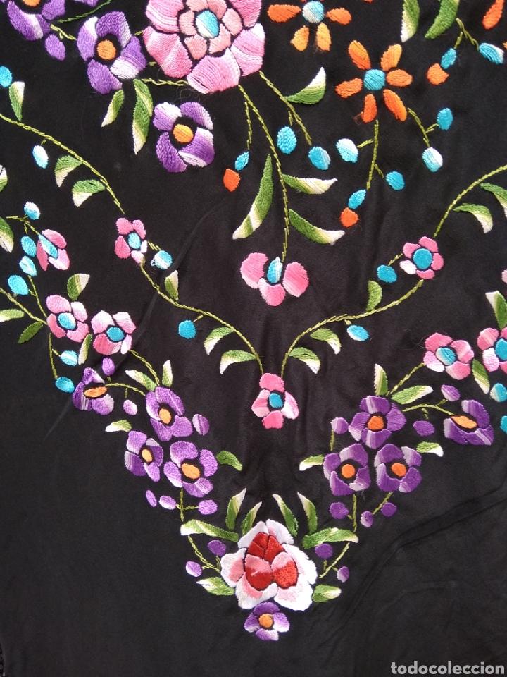 Antigüedades: Manton de Manila bordado a mano siglo XX - Foto 4 - 117515824