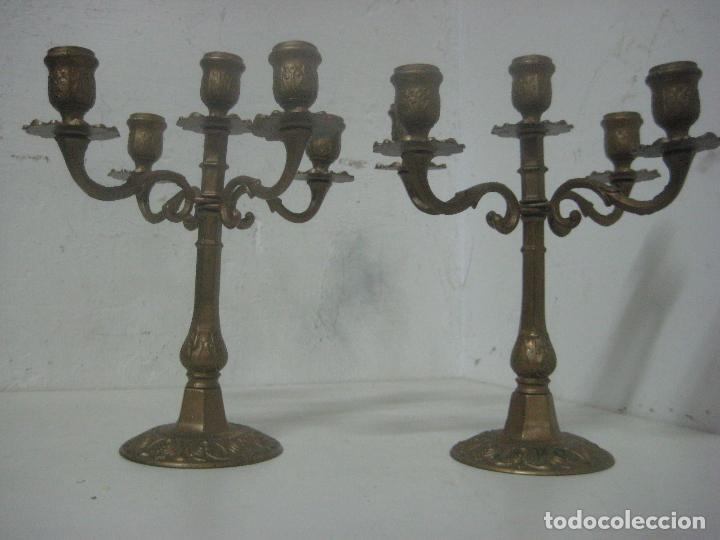 Antigüedades: RECIOSA PAREJA DE CANDELABROS DE 5 VELAS HECHOS COMPLETOS EN BRONCE LABRADO, SIGLO XIX,25 CMS - Foto 2 - 117526167