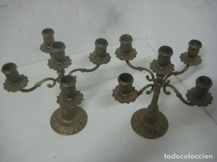 Antigüedades: RECIOSA PAREJA DE CANDELABROS DE 5 VELAS HECHOS COMPLETOS EN BRONCE LABRADO, SIGLO XIX,25 CMS - Foto 3 - 117526167