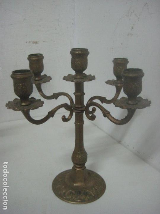 Antigüedades: RECIOSA PAREJA DE CANDELABROS DE 5 VELAS HECHOS COMPLETOS EN BRONCE LABRADO, SIGLO XIX,25 CMS - Foto 4 - 117526167