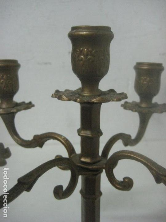 Antigüedades: RECIOSA PAREJA DE CANDELABROS DE 5 VELAS HECHOS COMPLETOS EN BRONCE LABRADO, SIGLO XIX,25 CMS - Foto 7 - 117526167