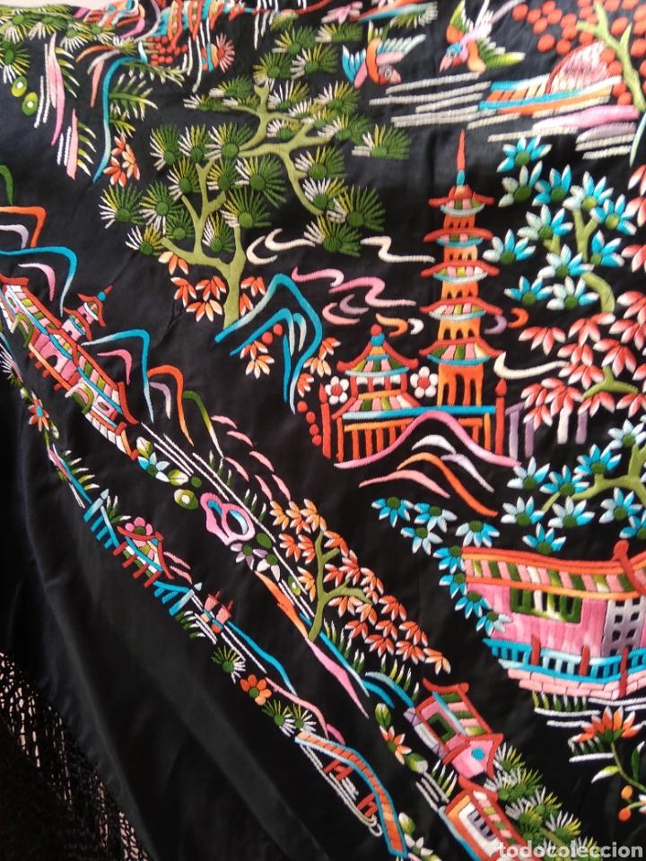 Antigüedades: Manton de Manila bordado a mano sobre raso - Foto 2 - 117527214