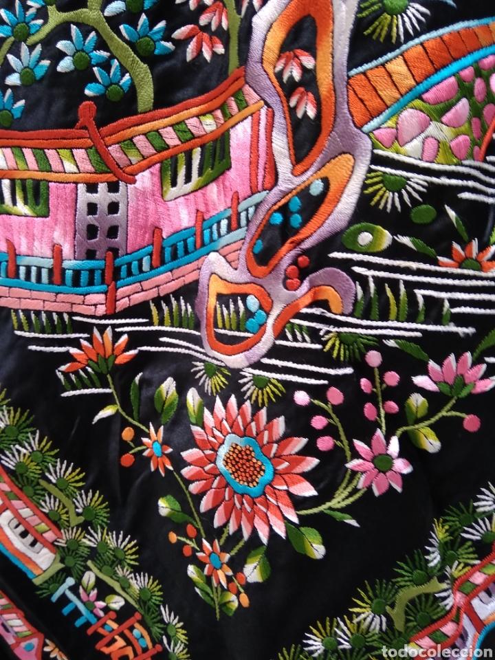 Antigüedades: Manton de Manila bordado a mano sobre raso - Foto 3 - 117527214