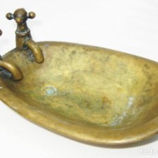 Antigüedades: PRECIOSA JABONERA EN BRONCE ANTIGUA BAÑERA CON PATAS IDEAL DECORACION WC BAÑO VINTAGE. Lote 117580903