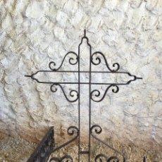 Antigüedades: ANTIGUA CRUZ DE HIERRO FORJADO REMACHADO. Lote 117614043