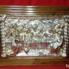 Antigüedades: ÚLTIMA CENA DE JESÚS. CON BAÑO DE PLATA Y MARCO EN MADERA DE NOGAL. . Lote 117624263