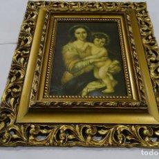 Antigüedades: MARCO DE CUADRO DORADO DE MADERA, LÁMINA VIRGEN CON EL NIÑO. Lote 117665403