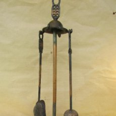 Antigüedades: JUEGO DE ESCOBILLA Y PALA DE CHIMENEA CON SOPORTE EN METAL. ALTO 55 CMS. Lote 117796227