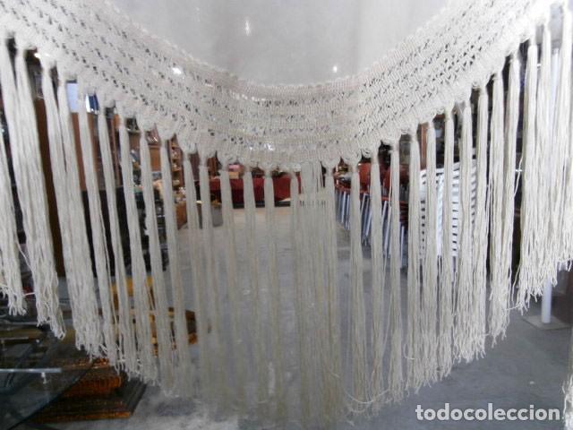 Antigüedades: CHAL DE SEDA COLOR CRUDO CON FLECOS - Foto 2 - 117796891
