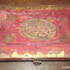 Antigüedades: CAJA DE MADERA DECORADA EN LATON. Lote 117807247
