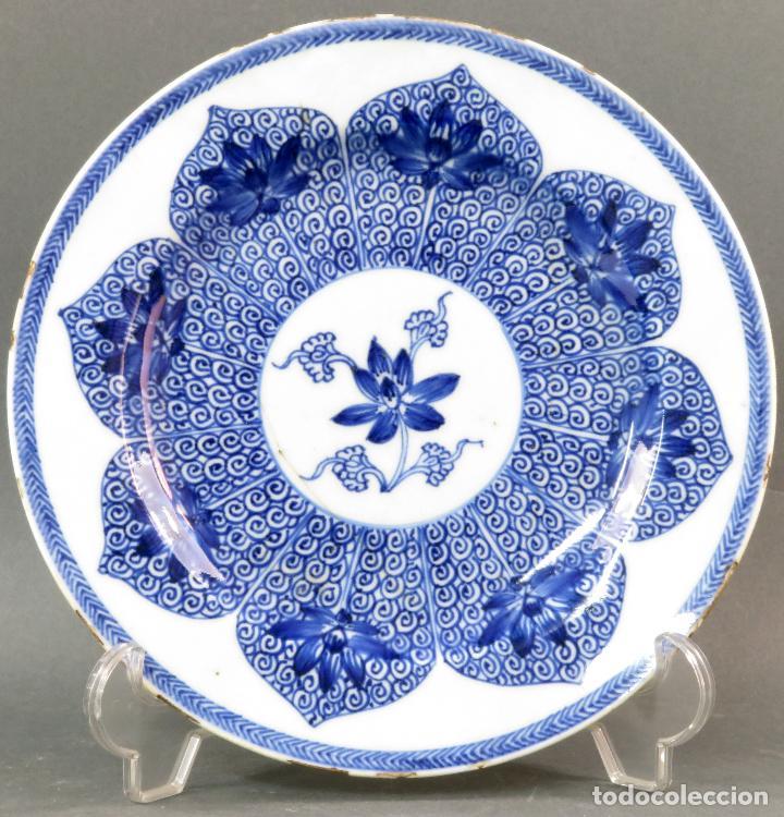 PLATO DE CERÁMICA ESMALTADA EN AZUL Y BLANCO CHINA SIGLO XVIII (Antigüedades - Porcelanas y Cerámicas - China)