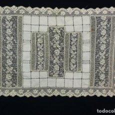 Antigüedades: 1014 CUADRANTE DE ENCAJE DE MALLA MANUAL E HILO CON CALADOS. S XIX. Lote 117902539