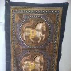 Antigüedades: TAPIZ BORDADO A MANO CON CRISTALES Y LENTEJUELAS. INDIA. Lote 117946811