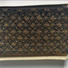 Antigüedades: BONITO Y ELEGANTE CLUTCH O BOLSO DE MANO DE TERCIOPELO NEGRO CON HILO DE ORO BORDADO EN FORMAS GEOME. Lote 117978371