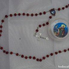 Antigüedades: ROSARIO DE MADERA EN ROJO, EN CAJA A JUEGO. CRUCIFIJO METÁLICO INOXIDABLE.. Lote 118032119