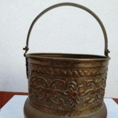 Antigüedades: ANTIGUO CUBO DE METAL. CON 4 PATAS.. Lote 118072375