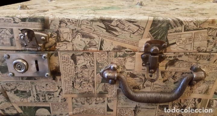 Antigüedades: Preciosa maleta antigua forrada con tebeos antiguos en el exterior e interior, muy especial, ! - Foto 3 - 118130155