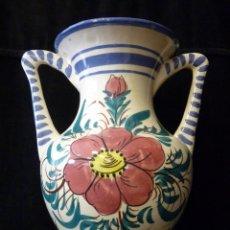Antigüedades: JARRA Ó JARRÓN DE CERÁMICA VIDRIADA CON 2 ASAS. DECORACIÓN FLORES. MANISES. 35X30 CM. AÑOS 70 . Lote 118133631