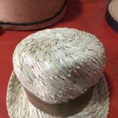 Antigüedades: SOMBRERO DE SAKS N.Y. EN SOMBRERERA MAS OTRO DE REGALO - HAT SAKS . Lote 118139115