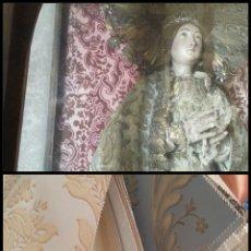 Antigüedades: BROCADOS FONDO CAPILLA PAPEL TELA RELIEVE PEANA VIRGEN NIÑO JESUS SEMANA SANTA CASA MUÑECAS LEER. Lote 118154214