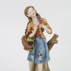 Antigüedades: FIGURA DE PORCELANA BISCUIT CAPODIMONTE - ESCULTOR VOLTA, FIRMADA - NIÑA CON CESTA DE FRUTAS. Lote 118157863