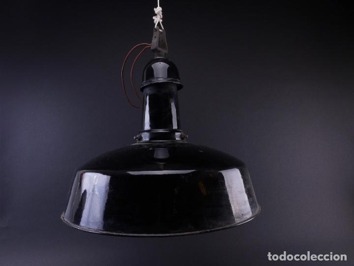 LAMPARA INDUSTRIAL DE HIERRO ESMALTADA EN NEGRO MEDIANA (Antigüedades - Iluminación - Lámparas Antiguas)