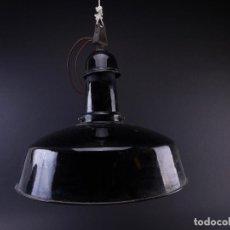 Antigüedades: LAMPARA INDUSTRIAL DE HIERRO ESMALTADA EN NEGRO MEDIANA. Lote 118158439