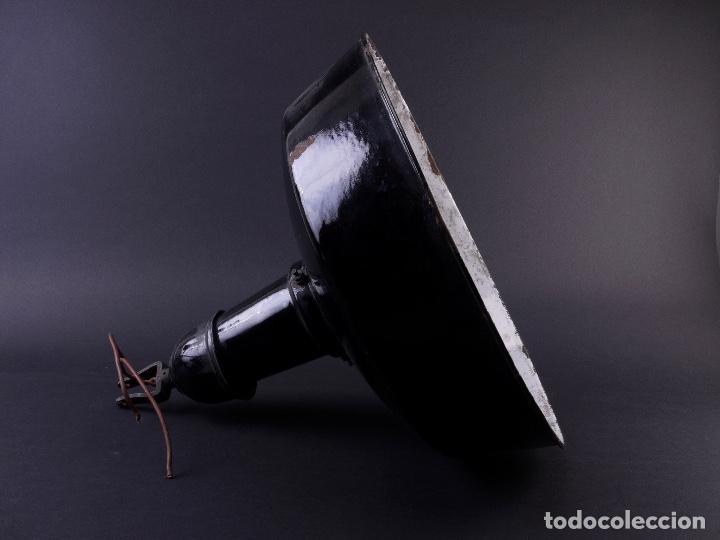 Antigüedades: LAMPARA INDUSTRIAL DE HIERRO ESMALTADA EN NEGRO MEDIANA - Foto 2 - 118158439